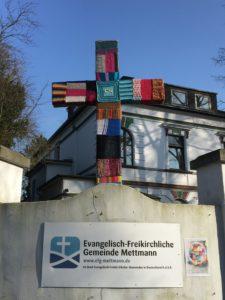 Wollkreuz vor Gemeinde